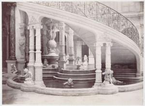 Escalier de l'ancien Hôtel de Ville avec la fontaine avant l'incendie de la Commune